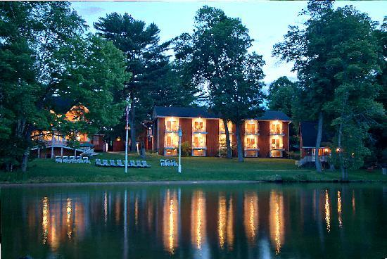 Shamrock Lodge: Calm evening on the Lake