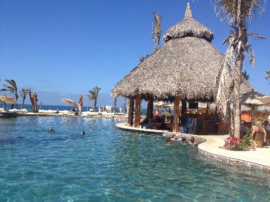 El Pescadero, México: Relax by the pool and have a drink mixed up at our wonderful bar!