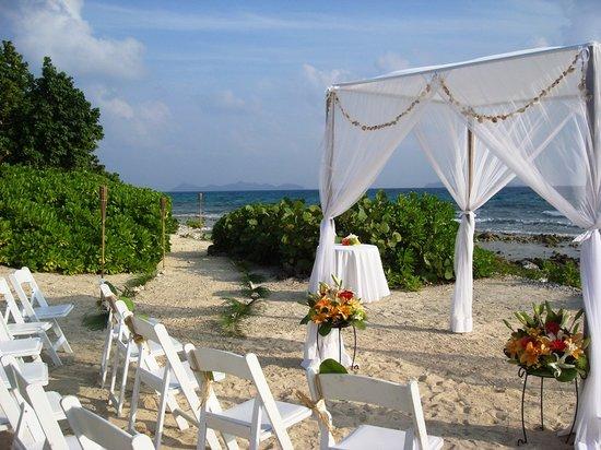 Surfsong Villa Resort : Beachfront wedding romantic setting at Surfsong