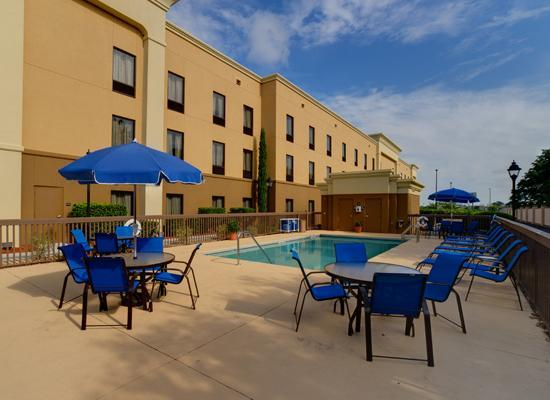 Hampton Inn & Suites The Villages: Pool at Day