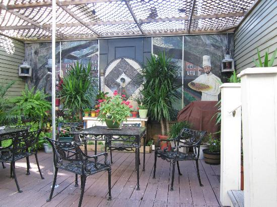Historic Streetcar Inn: Interior garden area