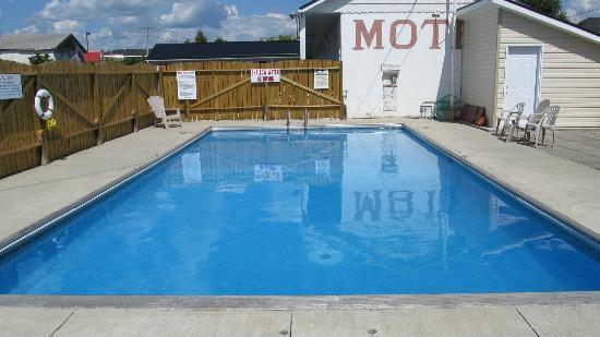 Perth Plaza Motel: pool