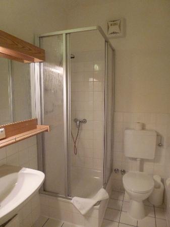 Konventa Seta Hotel: Душевая кабинка и большое зеркало (еще одно зеркало на двери ванной).
