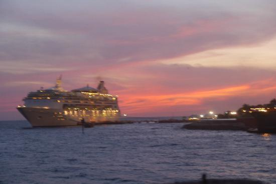 Plaza Hotel Curacao: Cruise liner in dock