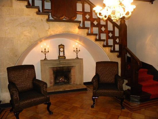 Hotel Casa Toscano Elite: Escalera y Chimenea