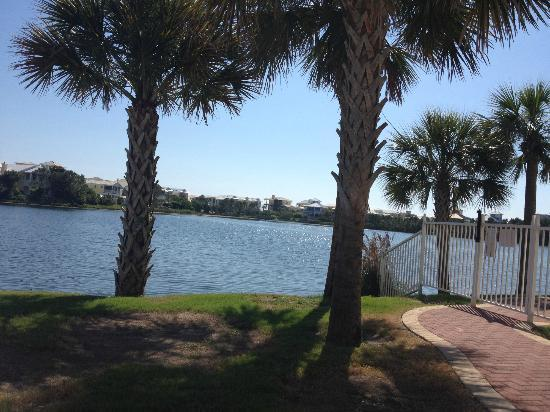 Carillon Beach Resort Inn: View from the pool on the lake