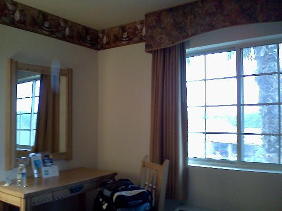 Quality Inn & Suites at Talavi: Window and desk