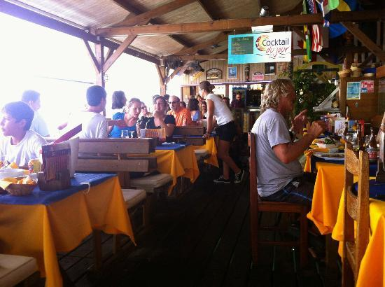 Le Mango Bay: Lively colourful restaurant with a good crowd