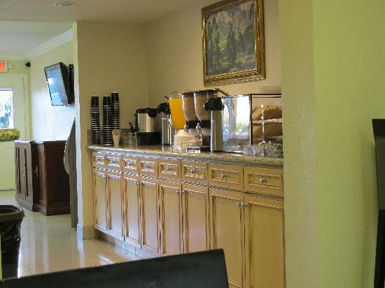 Super 8 Las Vegas North Strip /Fremont Street Area: the breakfast counter