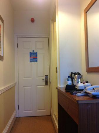 Cavendish Hotel- Bloomsbury: My bedroom and not a cupboard!