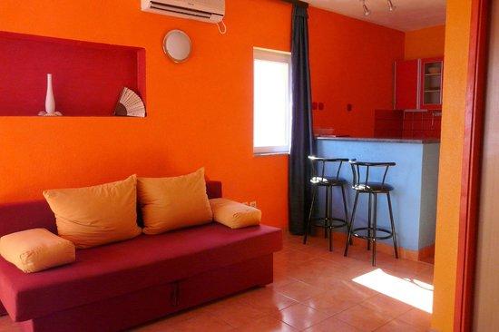 Villa Apartments Sunrise: salle commune + cuisine