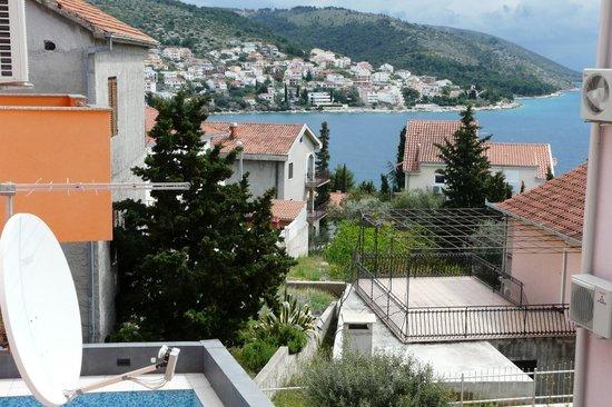Villa Apartments Sunrise: vue du balcon sur la mer, 1/4 d'heure à pieds