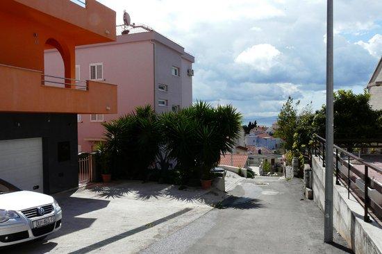 Villa Apartments Sunrise: vue sur la petite rue très calme