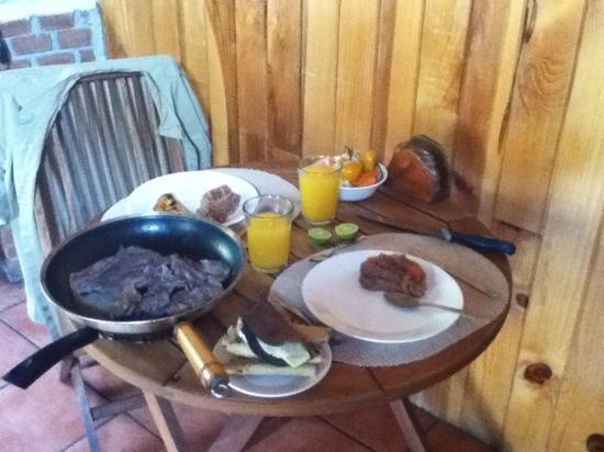 Cabanas El Estribo Hotel: Desayunito en el comedor. todo del mercado de Valle de Bravo.