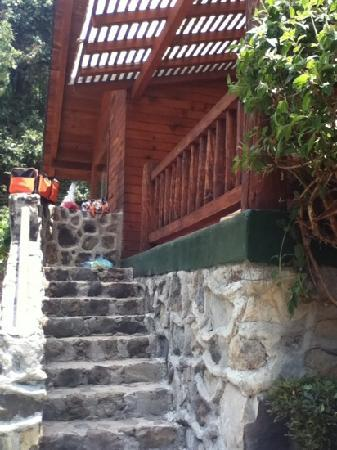 Cabanas El Estribo Hotel: entrada a cabaña suite la crin.