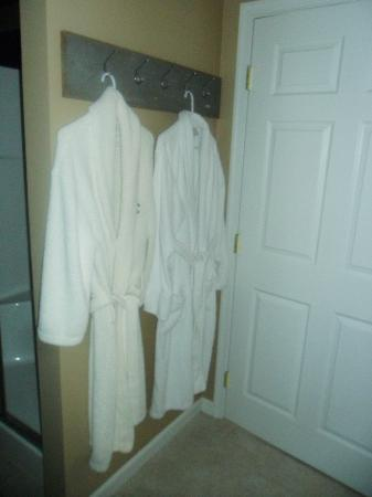 Moon Shadow Bed and Breakfast: Big soft robes!