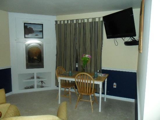 Moon Shadow Bed and Breakfast: Table where breakfast is served to you in your room at 8:30 AM.