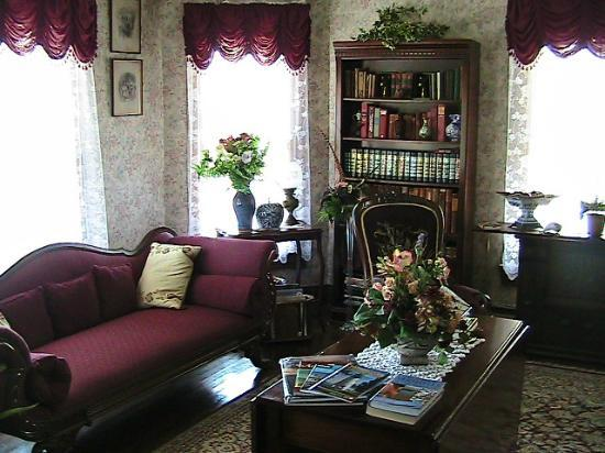 Miss Molly's Inn Bed & Breakfast: Parlor Room