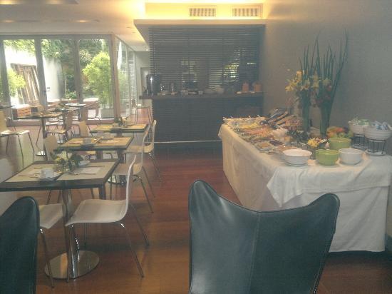 Didi Soho Hotel : Restaurante, mesa do café da manhã e vista do bar