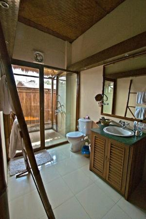 Diphlu River Lodge: Bathroom needs a facelift