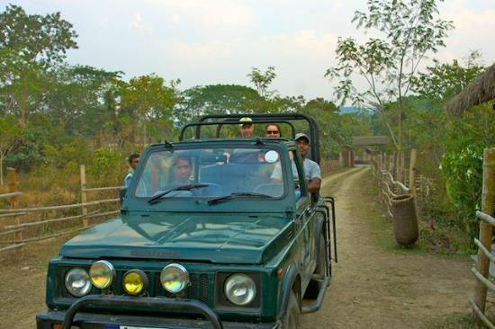 ‪‪Diphlu River Lodge‬: Safari vehicle, guide and driver‬