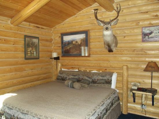 Cabin Creek Inn: Bedroom so comfy