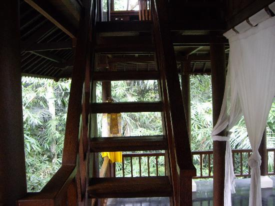 Villa di Abing: Stairs up to the loft bedroom