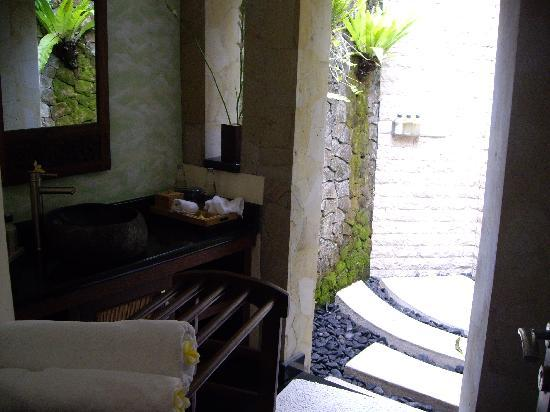 Villa di Abing: Bathroom with outside shower off the dinning room