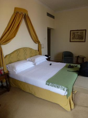 Antica Torre di Via Tornabuoni: The bed--nice and comfy