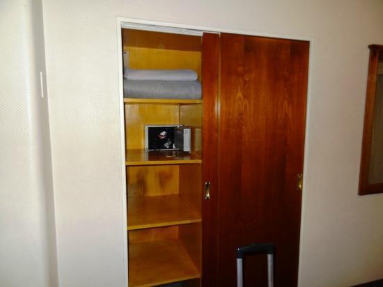 Tritone Hotel: Cofre e armário