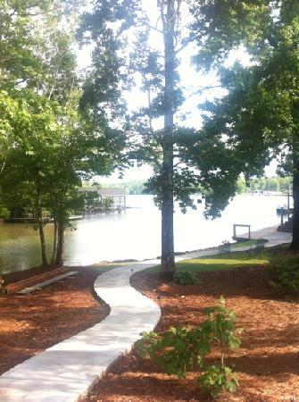 Creekside Lodge & Conference Center : Path from lodge to lakeside