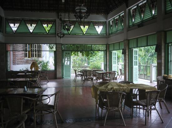 Hotel Deli River: A section of the dining room with beautiful high ceilings and lights