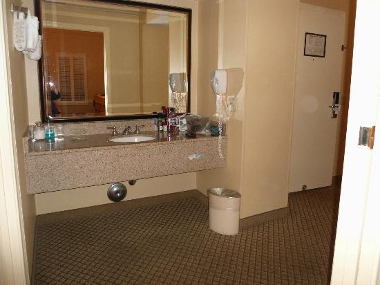 Pacifica Suites Santa Barbara: Vanity area - off bedroom and living area