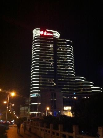 Taizhou Huangyan Yaoda Hotel: hotel at night