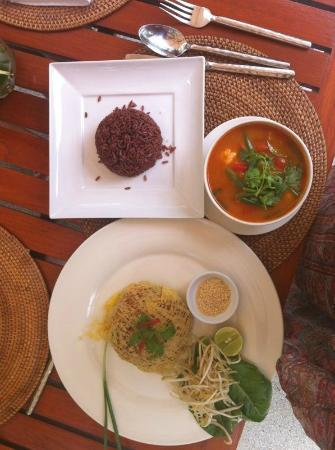 The Chava Resort: Phad Thai and tasty Tom Yam Kung soup (with brown rice)