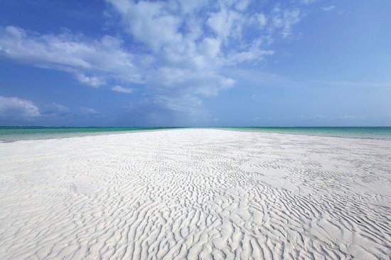 Jacaranda Beach Resort: bianchissima spiaggia al jacaranda