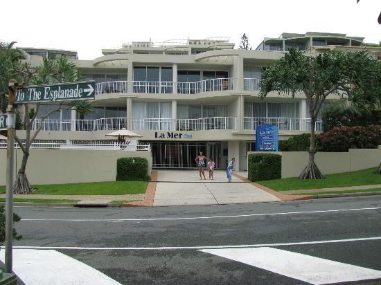 La Mer Beachfront Apartments: The front