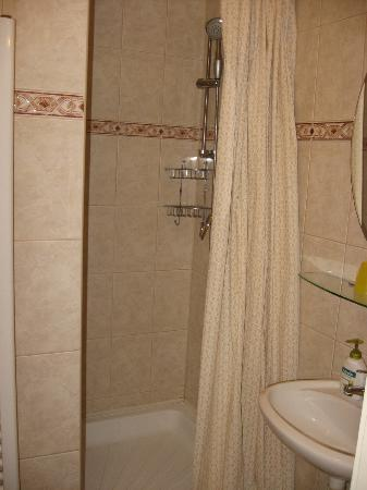 Danube Guest House: Bathroom
