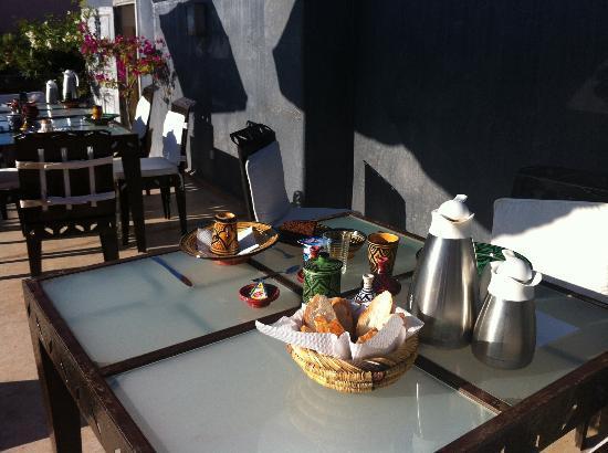 Riad Alamir : table petit déjeuner en terrasse