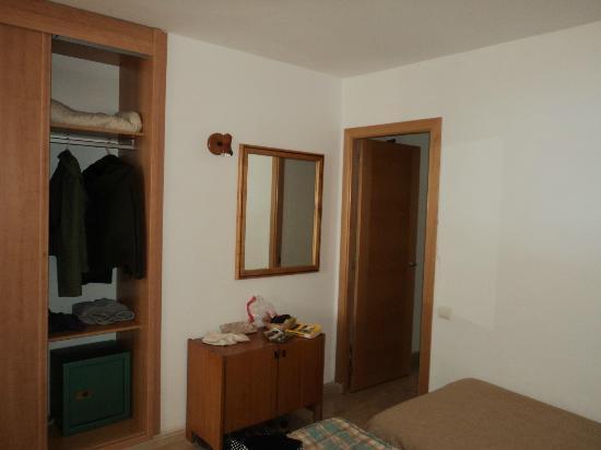 Las Arenas Apartamentos: Otra vista de la habitación, con armario
