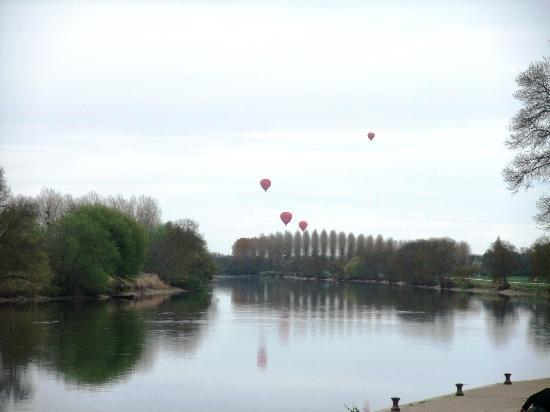Le Belvedere Bed and Breakfast : Hot Air Balloons over the Cher River
