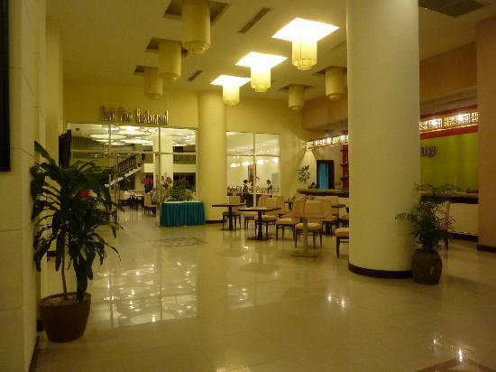 Park View Hue Hotel: The impressive hotel lobby