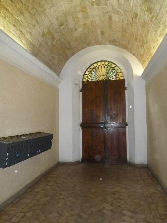 Conte House I: Klatka schodowa - wejście do budynku