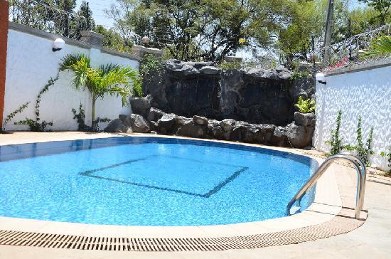 Meltonia Luxury Suites: Outdoor Pool