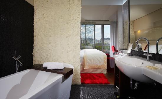 IBEROSTAR Grand Hotel Budapest: Baño y habitación