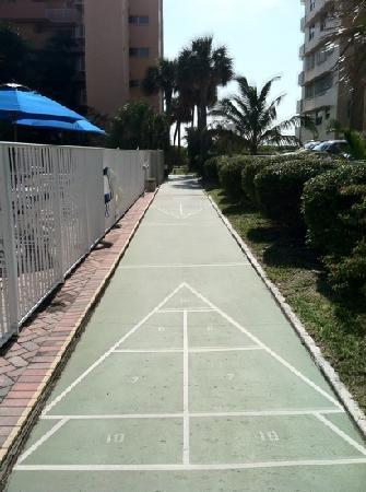 Canada House Beach Club: Shuffleboard at pool