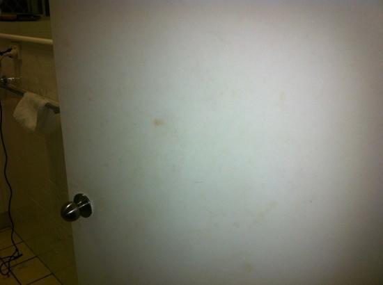 Suntower Holiday Units : dirty marks on bathroom door