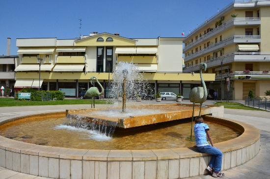 Montegrotto Terme, Italie : la fontana in piazza, zona pedonale