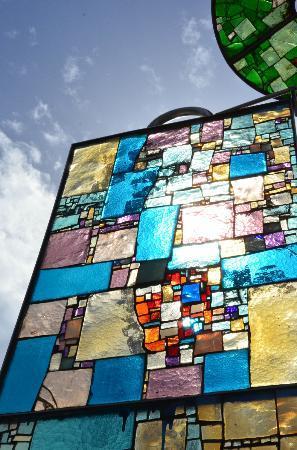 มอนเตกรอตโตเตอร์เม, อิตาลี: giochi di luce nel vetro