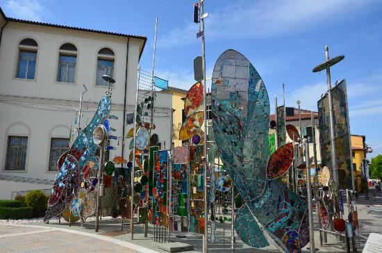 มอนเตกรอตโตเตอร์เม, อิตาลี: giochi di vetro davanti al municipio